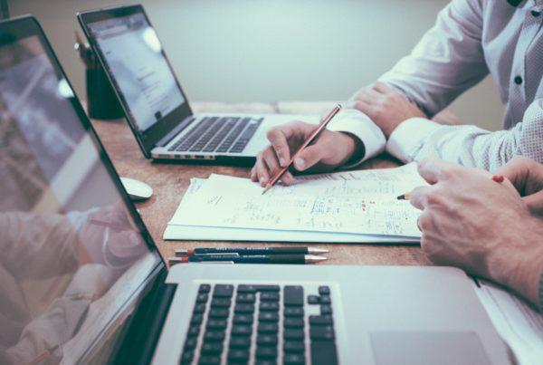 Umowy IT: Jak poprawnie oznaczyć strony umowy wdrożeniowej (i nie tylko). Poradnik dla software house'ów #1