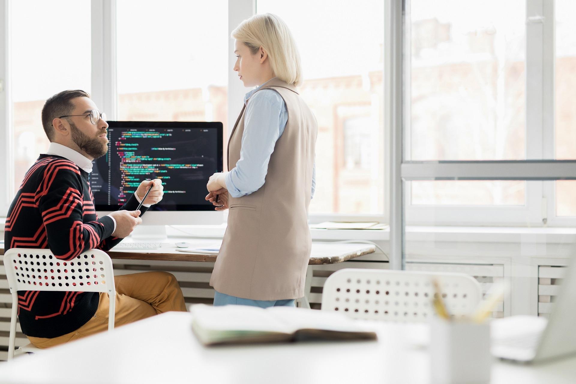 Rekrutacje w IT: Jak legalnie zatrudnić obcokrajowca w software house?